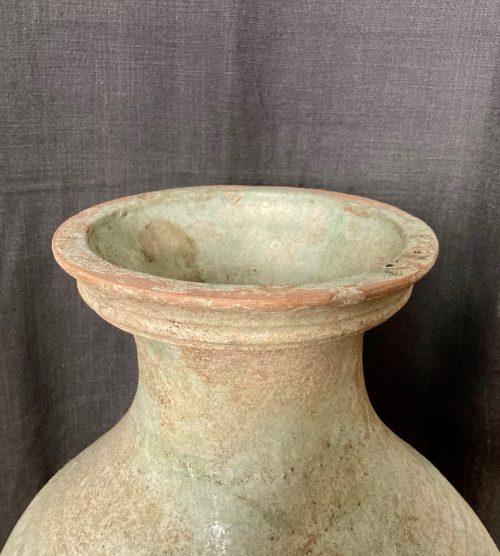 F011, Vase hu à glaçure plombifère et masque de taotie, détail lèvre