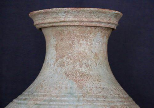 F011, Vase hu à glaçure plombifère et masque de taotie, détail col