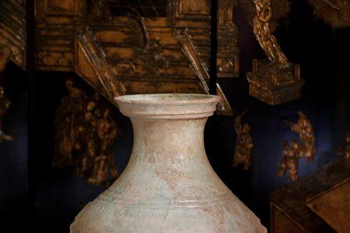 F011, Vase hu à glaçure plombifère et masque de taotie, in situ 2