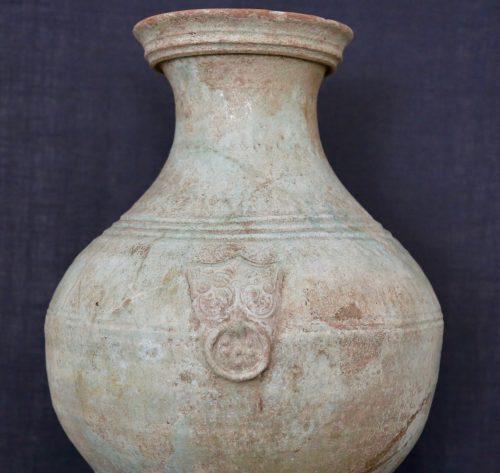 F011, Vase hu à glaçure plombifère et masque de taotie, détail poushou/taotie