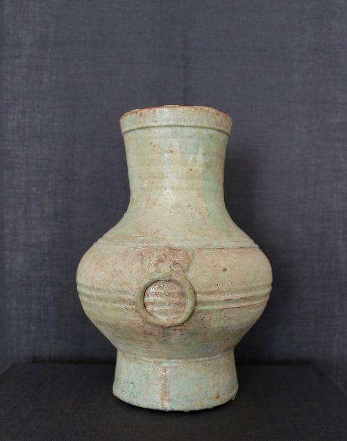 F012, Vase hu irisé à glaçure plombifère, côté 1, masque de taotie